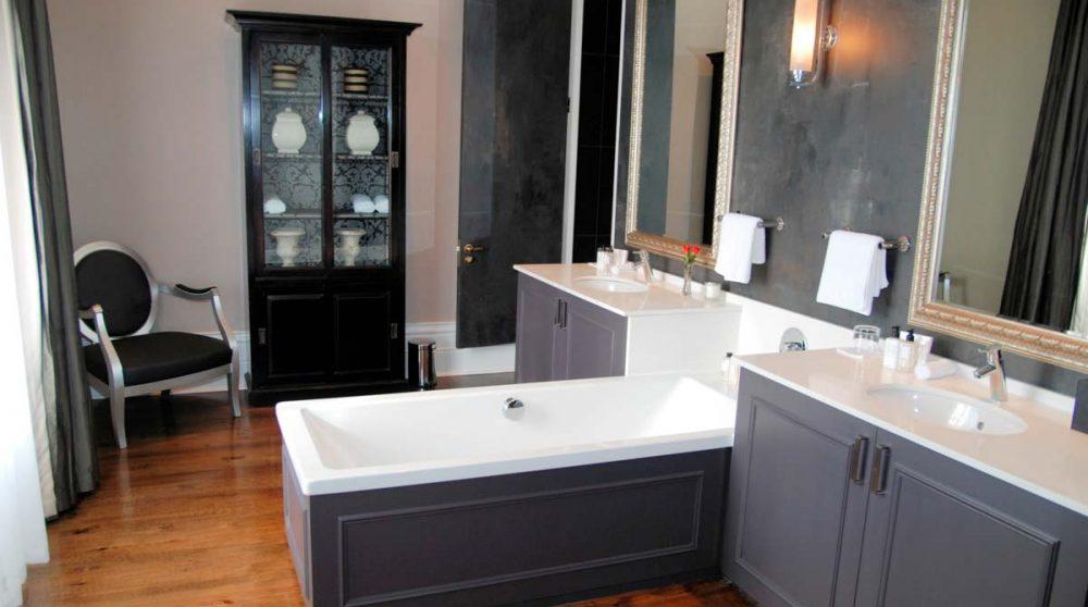Vue d'ensemble d'une salle de bains