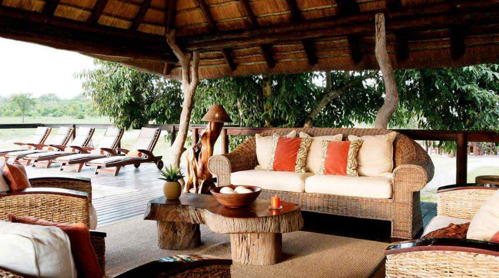 Canapé et fauteuils près de la piscine