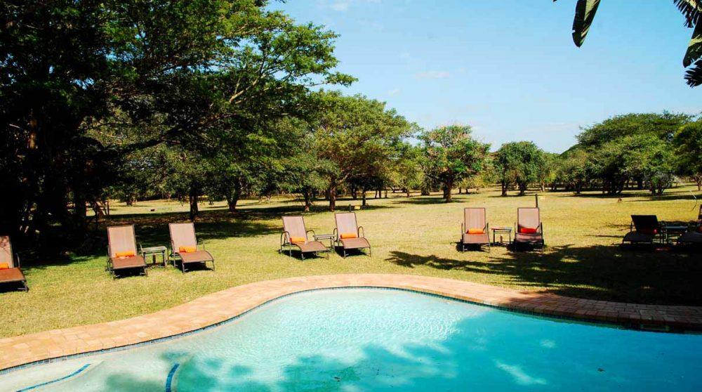 Chaise longues au bord de la piscine