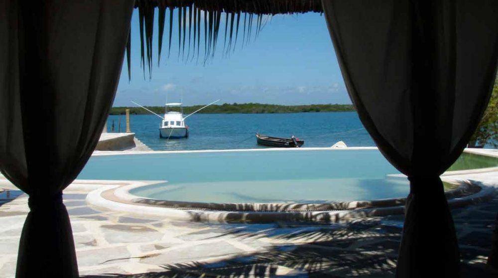 La piscine avec l'océan sur l'île de Lamu
