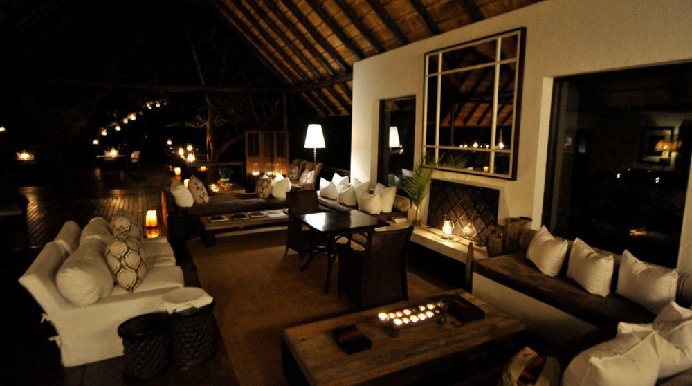 Vue nocturne du salon en Afrique du Sud