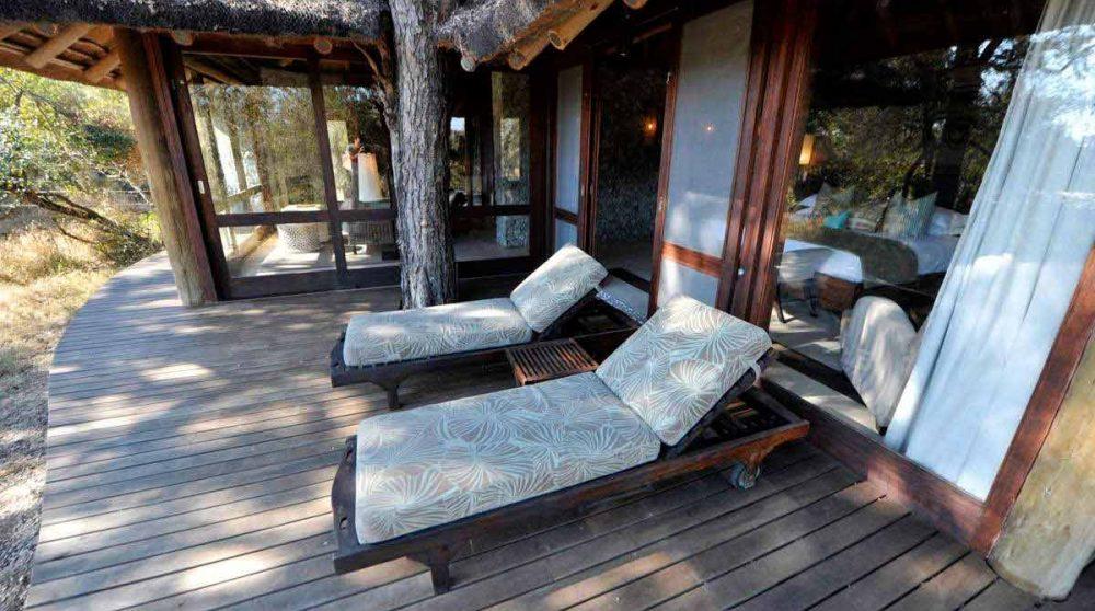Chaises longues sur la terrasse à Sabi Sand