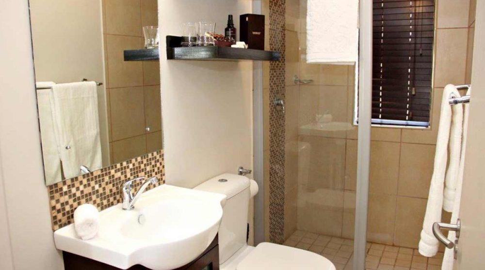 La salle de bains avec la douche
