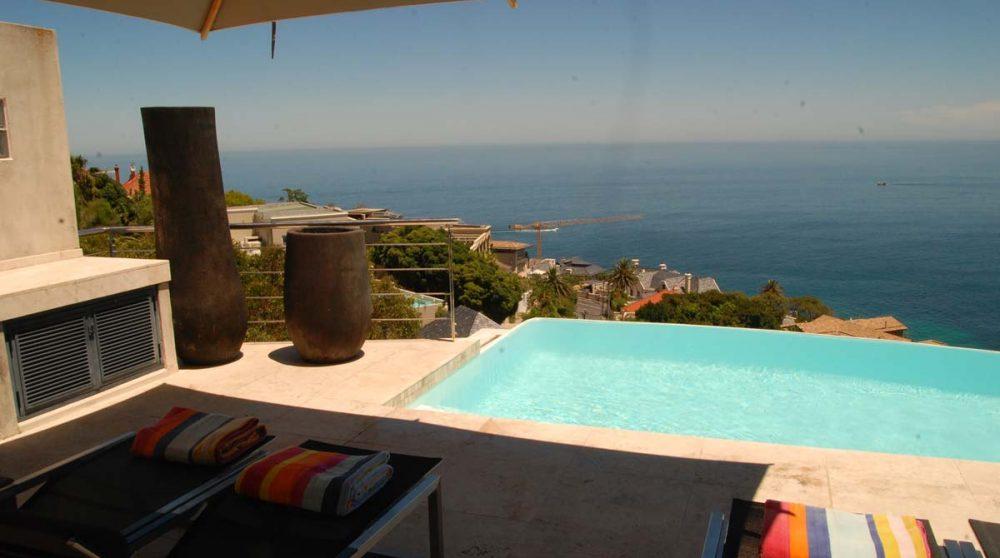 Vue sur la piscine au Cap