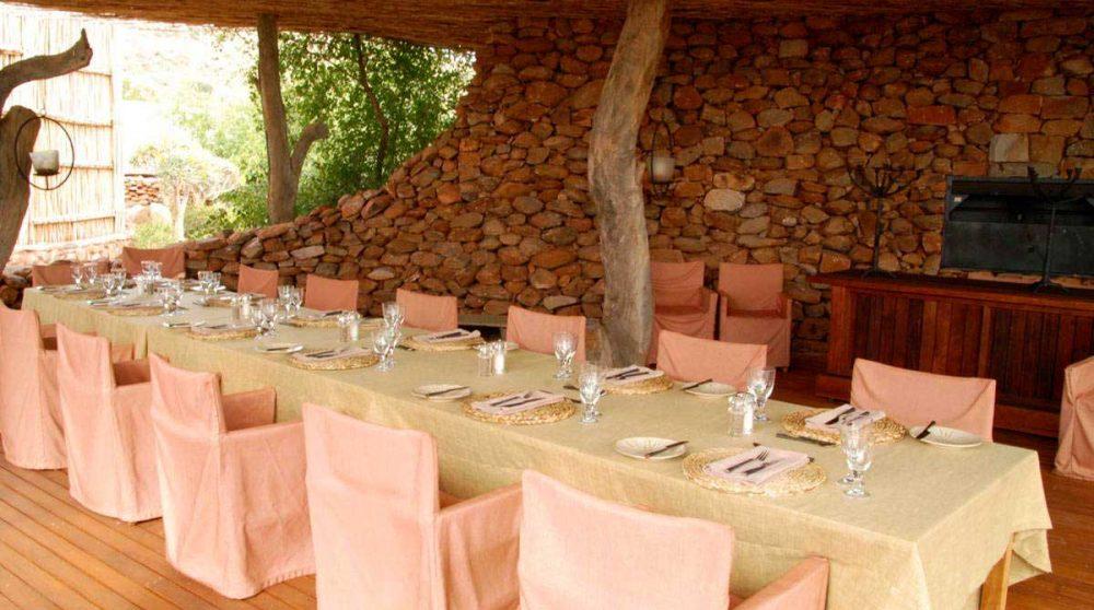 Table dressée pour le déjeuner