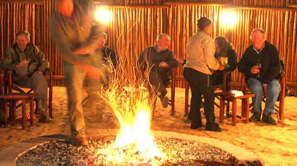 Soirée autour du feu dans le boma