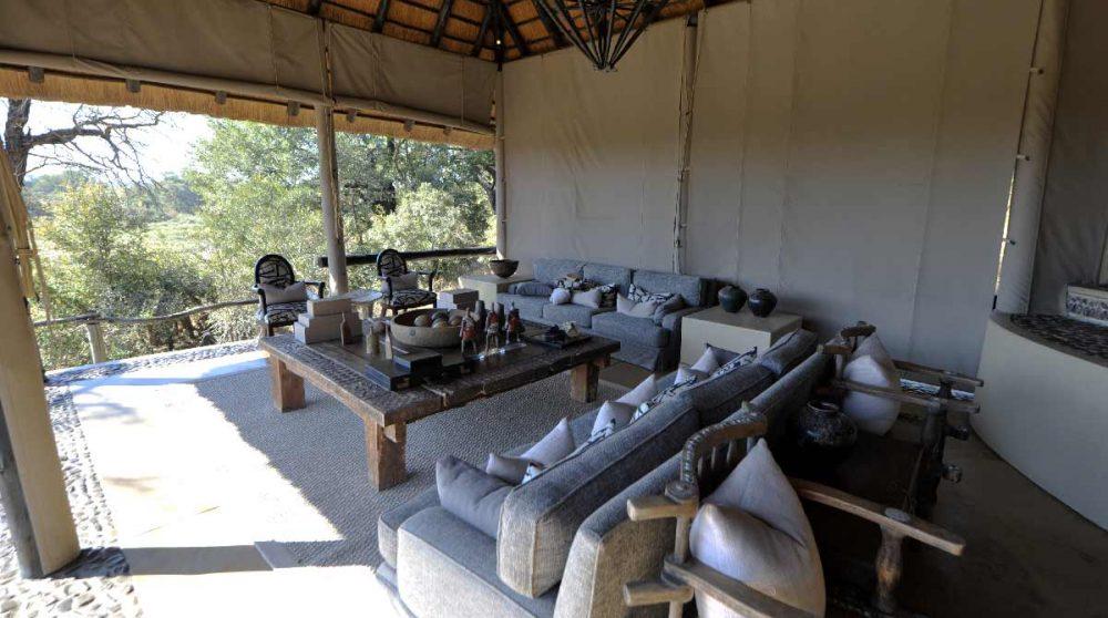 Fauteuils et canapés sur la terrasse à Sabi Sand