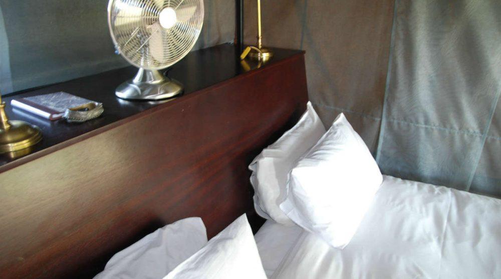 Le lit d'une tente en Afrique du Sud