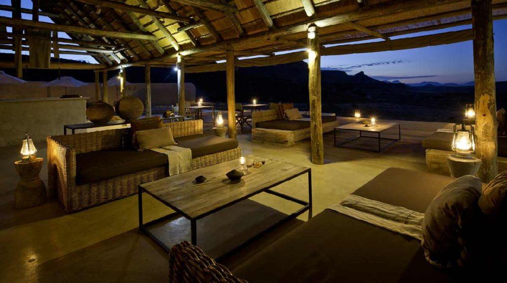 Le salon éclairé dans le Damaraland