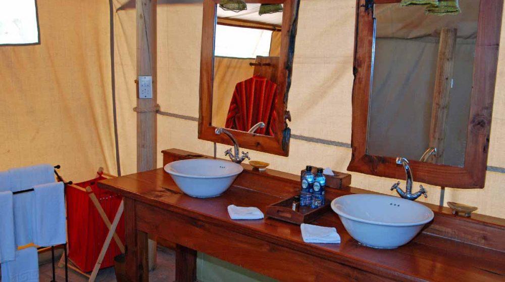 Vasques dans une salle de bans à Samburu