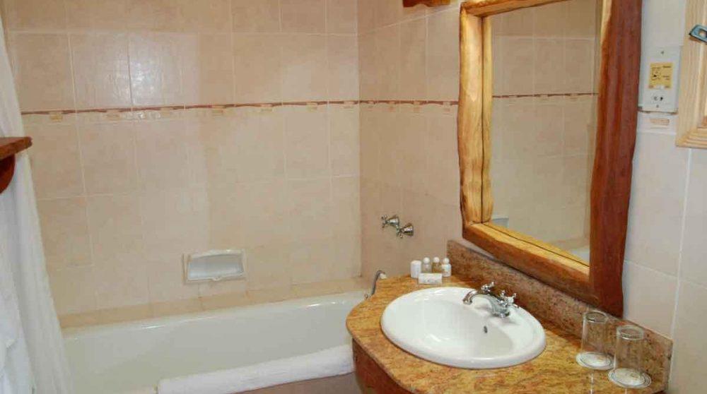 Baignoire dans une salle de bains