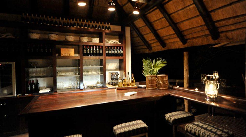 Le bar vue de nuit