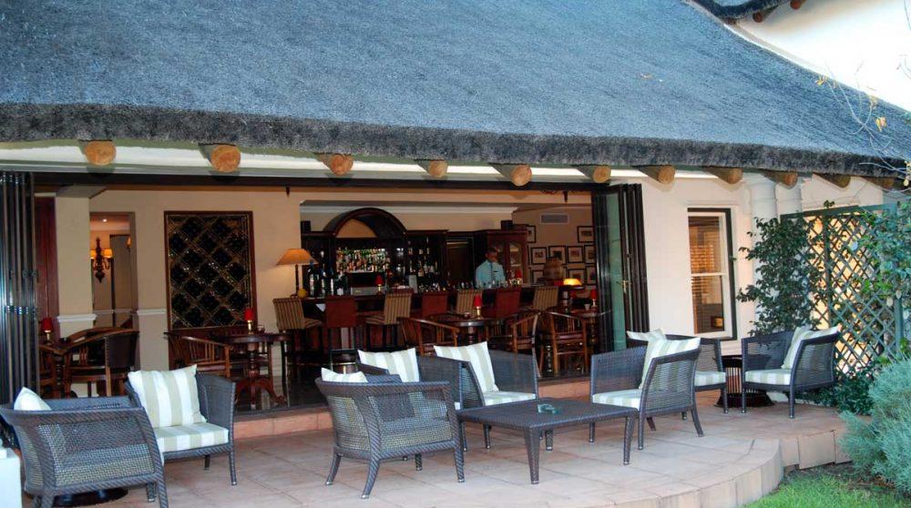 La terrasse donnant sur le bar