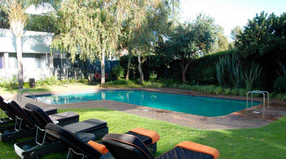 Chaises longues au bord de la piscine en Afrique du Sud