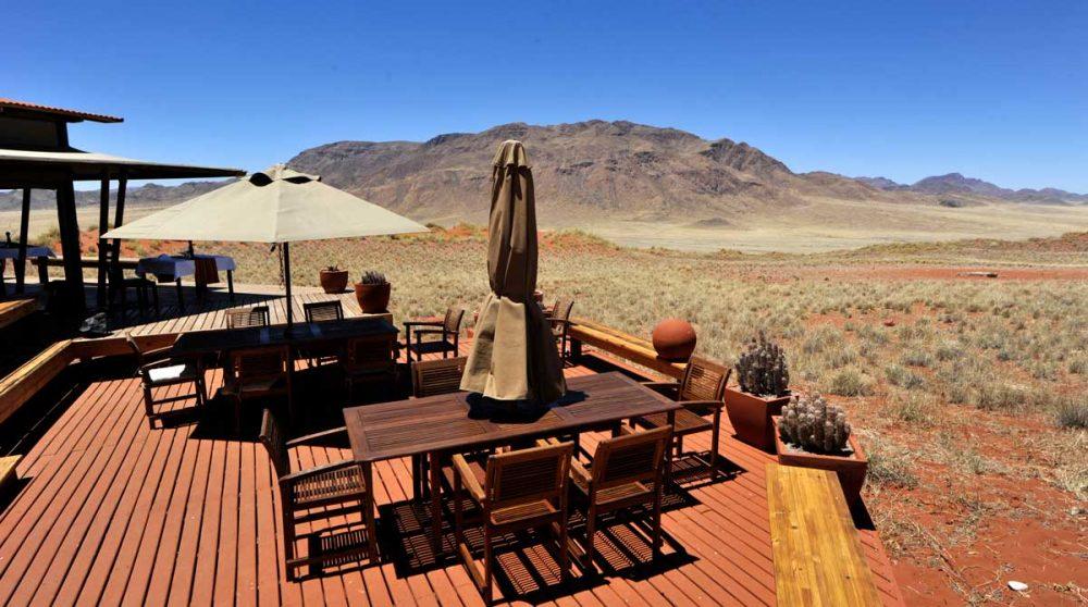 Tables pour déjeuner sur la terrasse