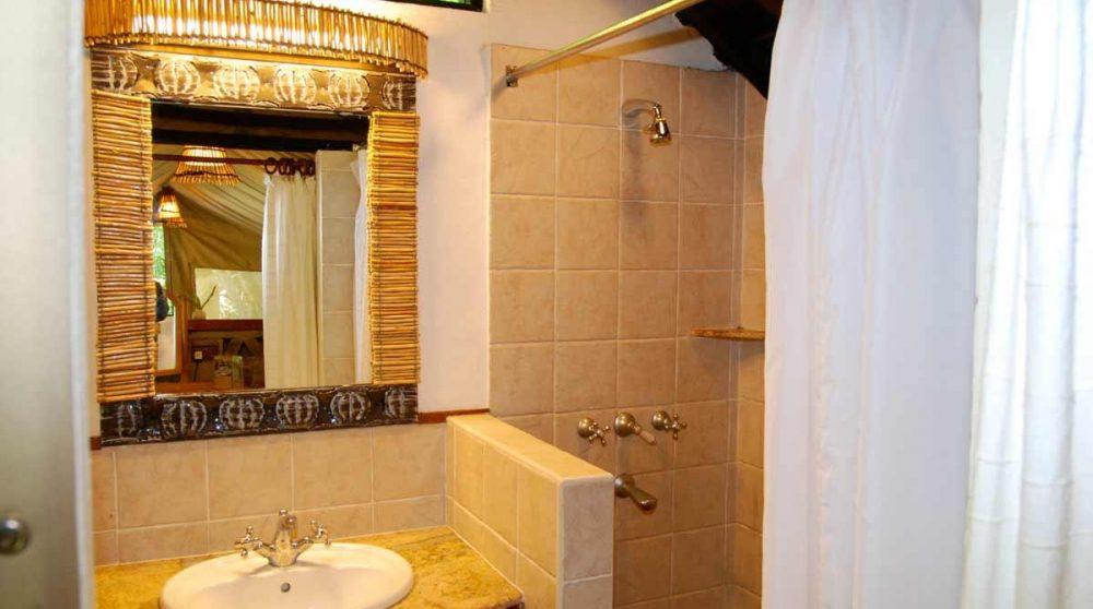 Salle de bains dans une tente du Mara Sarova