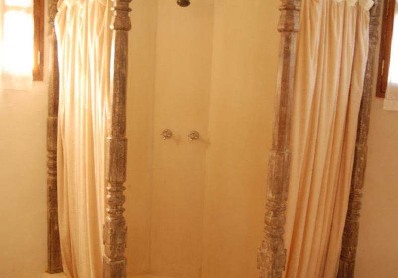 Douche dans une salle de bains de l'Alfajiri Cliff Villa