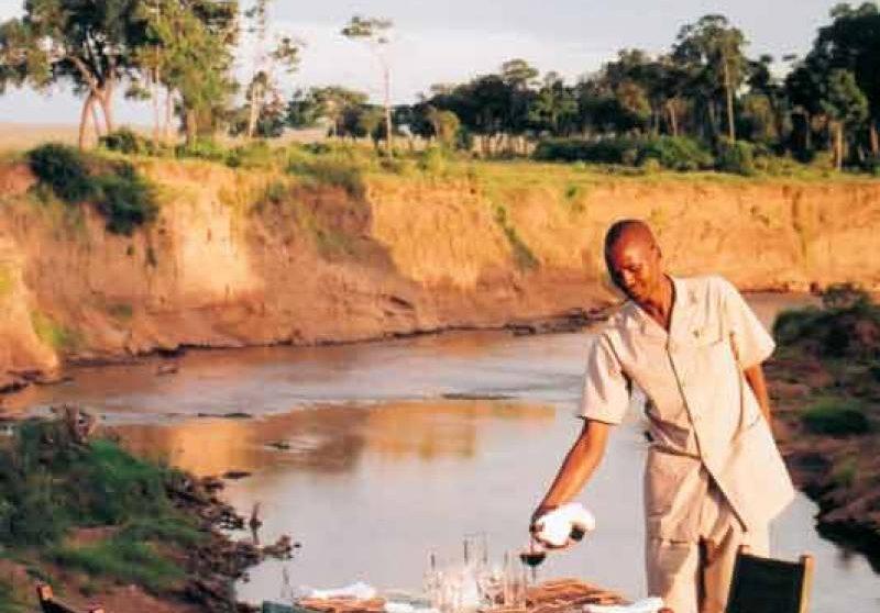 Déjeuner face au bord de la rivière au Bateleur Camp