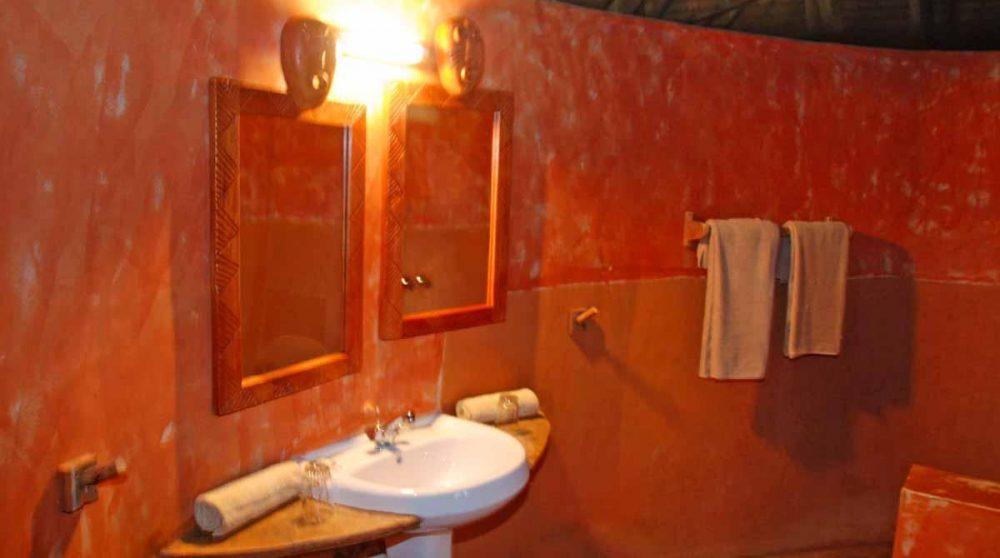 Lavabos dans une salle de bains au Flamingo Hill Camp