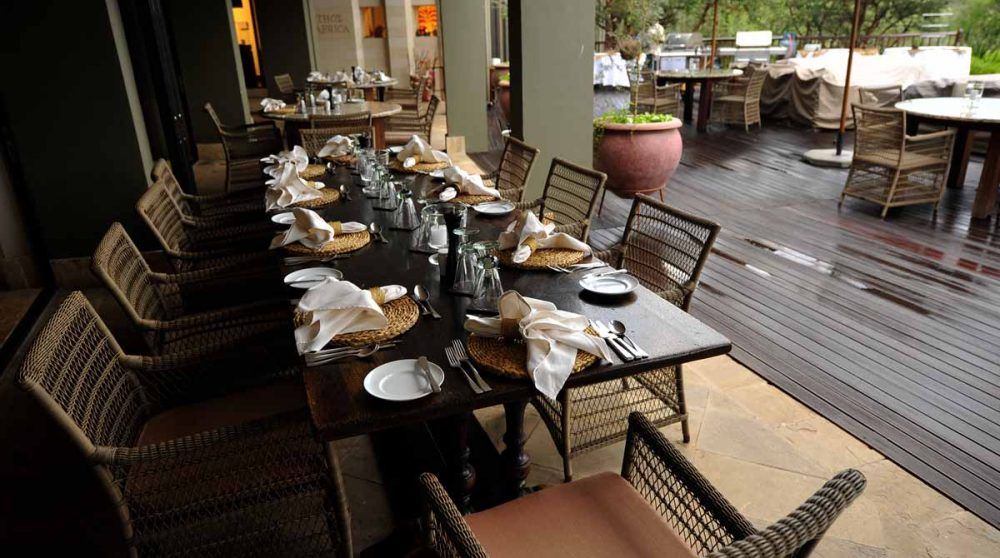La terrasse au Four Seasons Safari Lodge