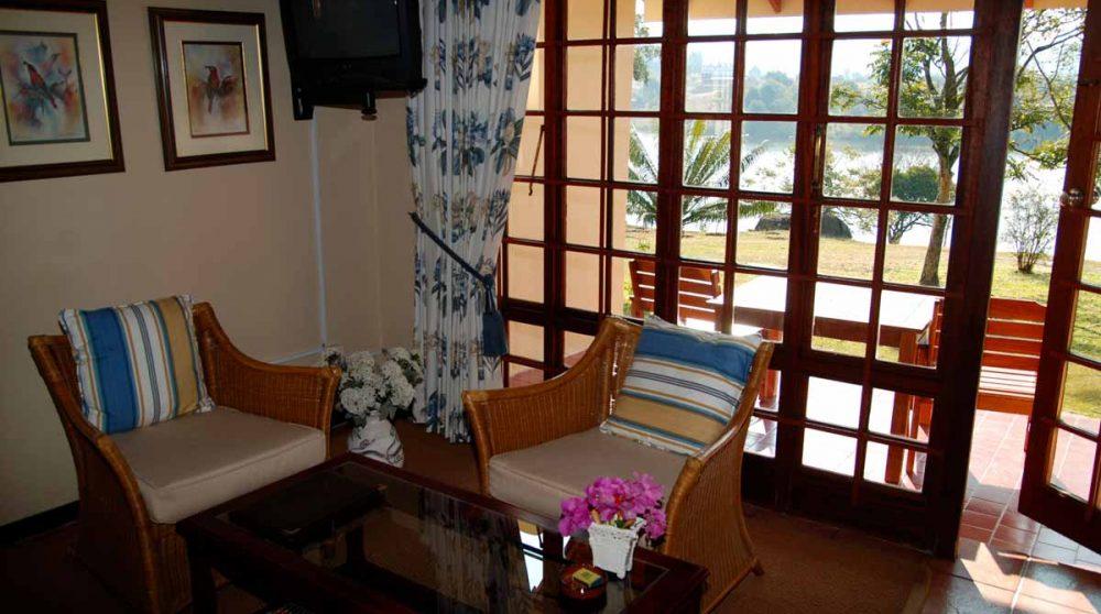 Salon dans une suite du Hulala Lakeside Lodge