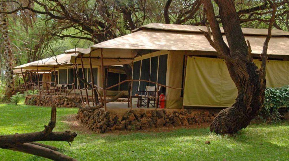 Extérieur des tentes du Larsens Tented Camp