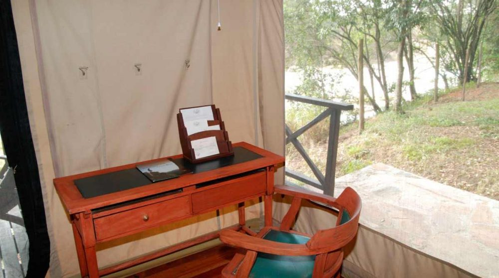 Coin bureau dans une tente au Mara Intrepids