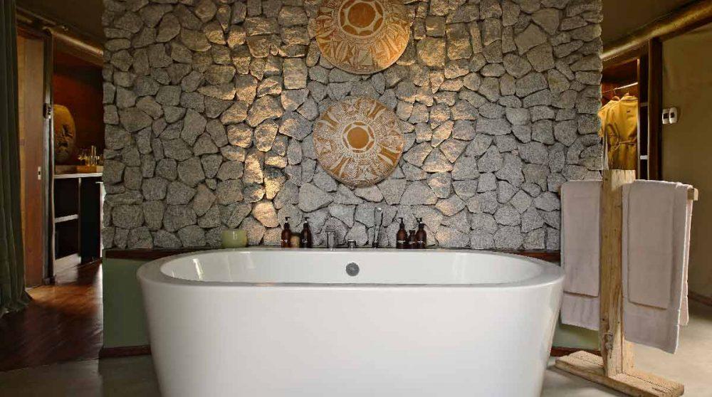 La baignoire dans une salle de bains au Ngala Tented Camp