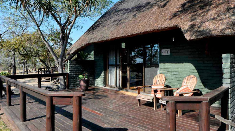 La terrasse d'un chalet du Nkorho Bush Lodge