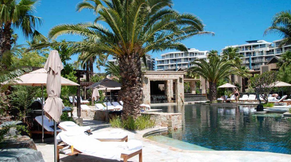 Chaises longues à la piscine du One and Only Cape Town