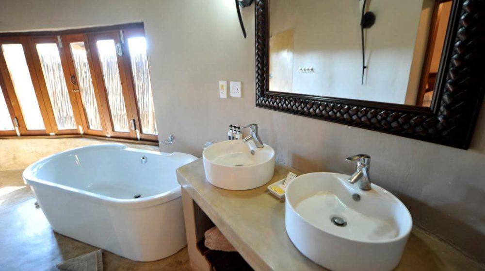 La salle de bains d'un chalet au Simbavati