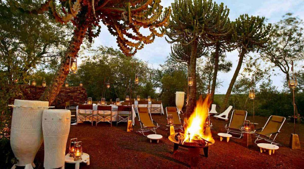 Un feu dans le jardin le soir au Singita Lelombo