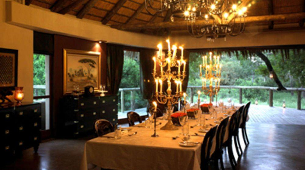 Salle à manger le soir au Tintswalo Safari Lodge