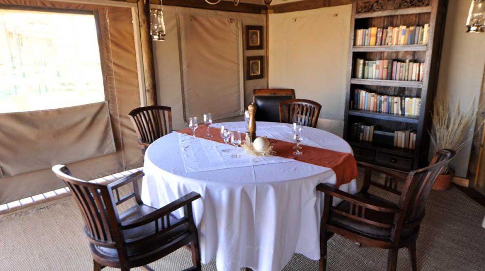 Une table pour déjeuner en Namibie