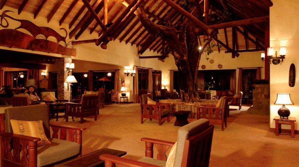 Vue nocturne de l'hôtel au Kenya