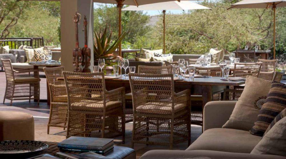 Déjeuner sur la terrasse en Tanzanie