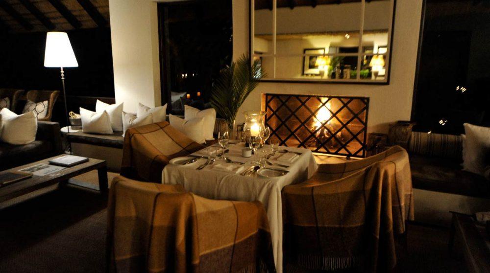Une table près de la cheminée près du parc Kruger