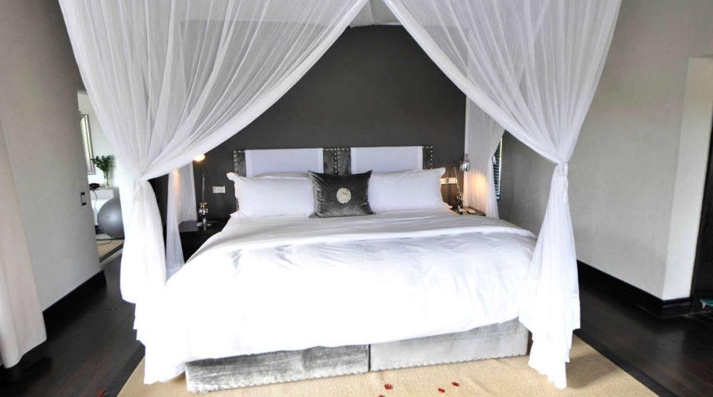 Lit à baldaquin dans une chambre près du parc Kruger