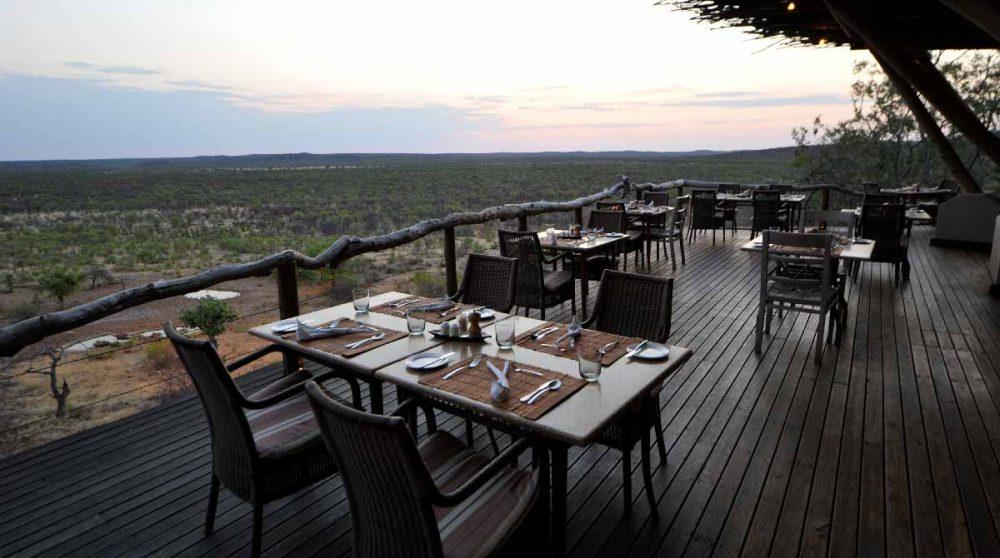 Déjeuner sur la terrasse en Namibie