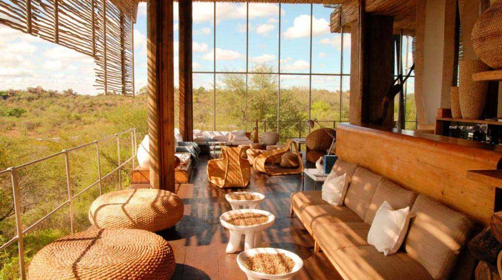 Salon donnant sur la nature en Afrique du Sud