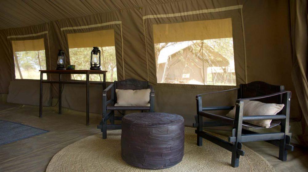 Fauteuils dans une tente