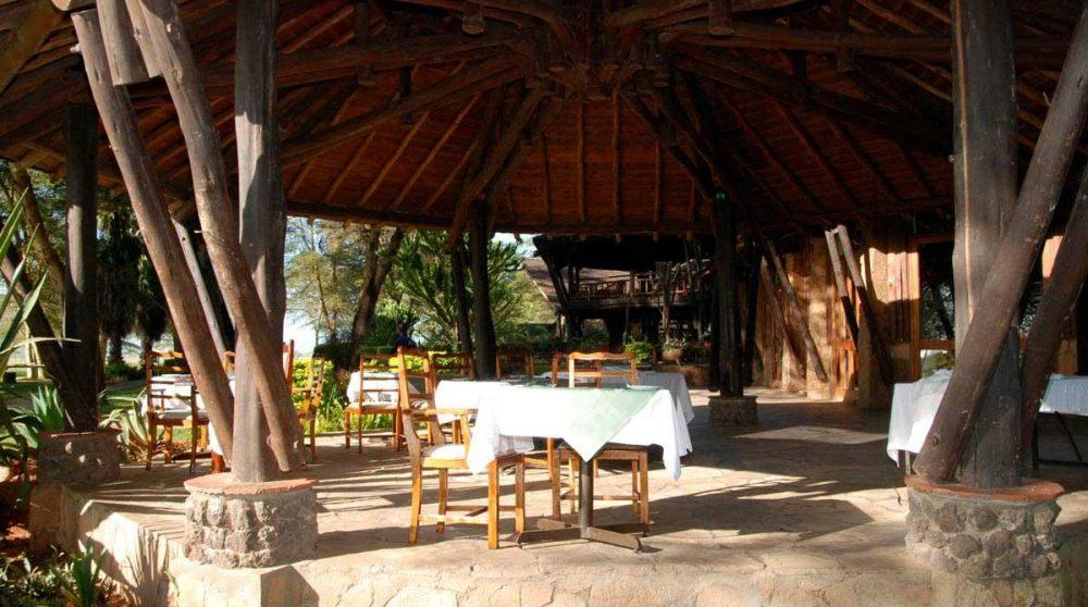 Table pour déjeuner à l'ombre