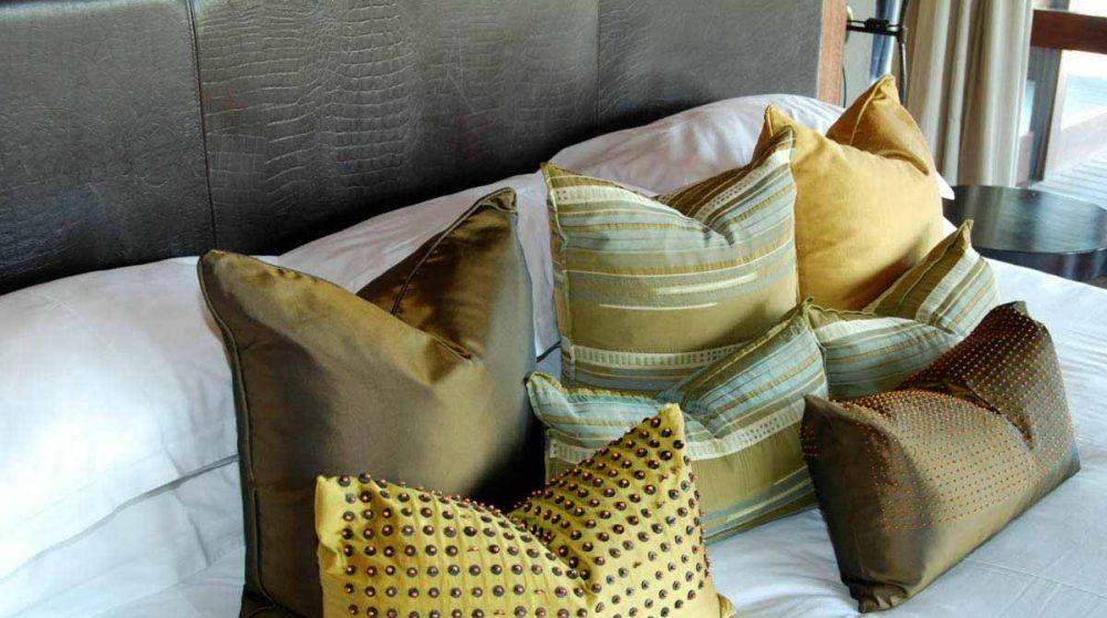 Coussins sur un lit