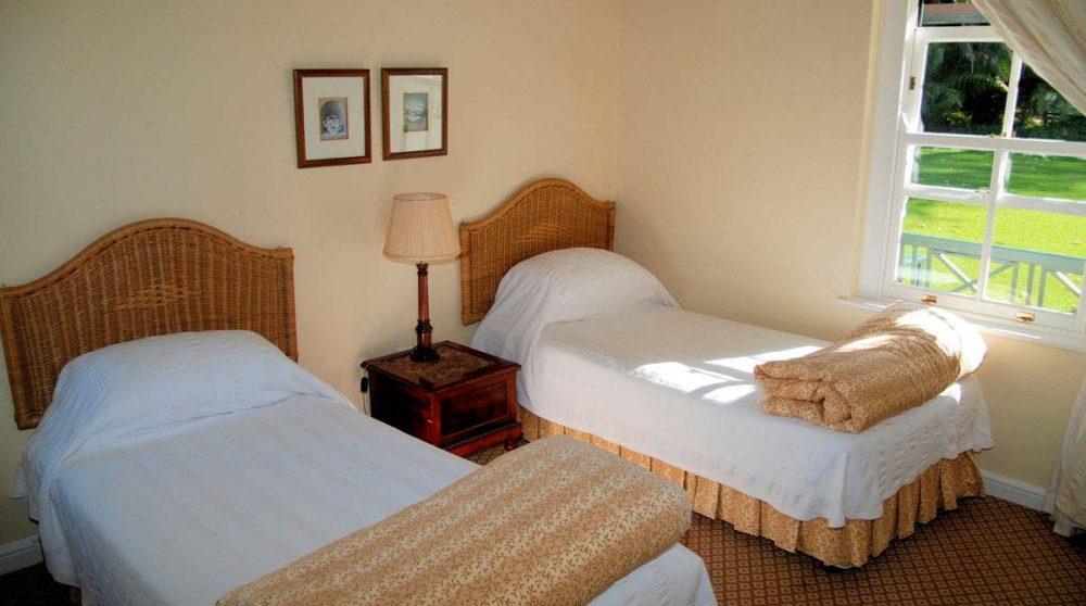 Une chambre avec 2 lits
