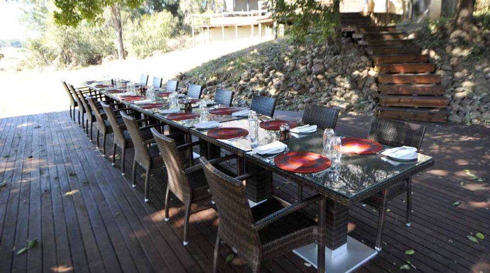 Une table sur la terrasse dans le jardin