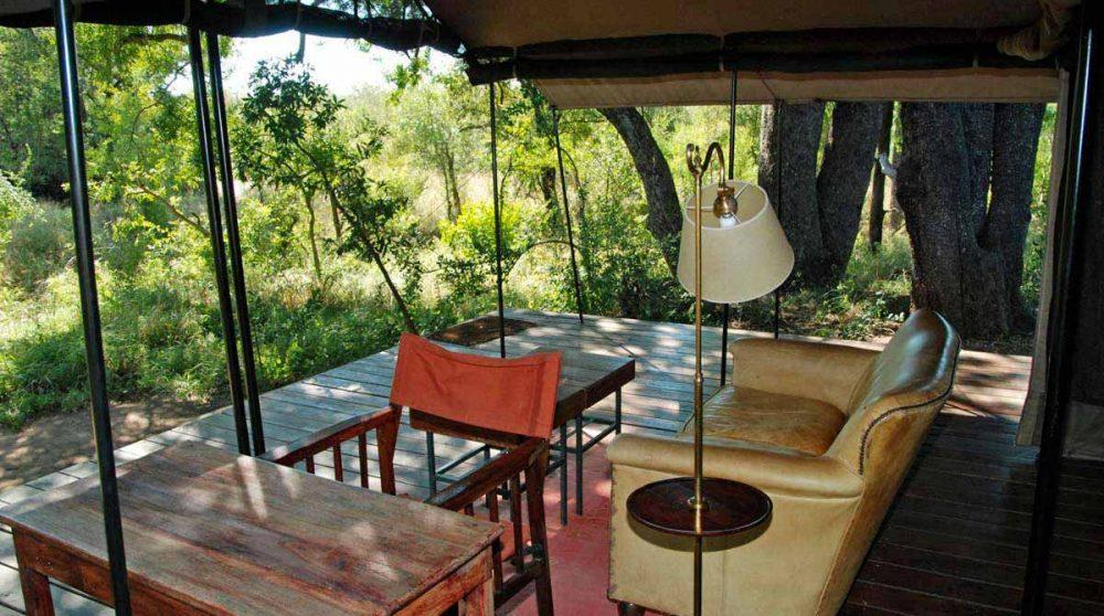 Salon sur une terrasse d'une tente