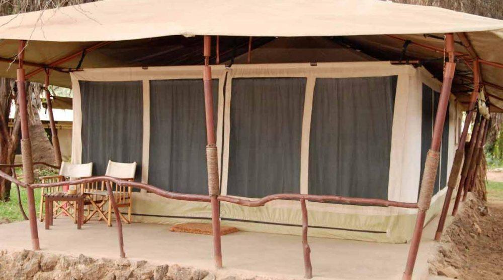 Terrasse devant une tente