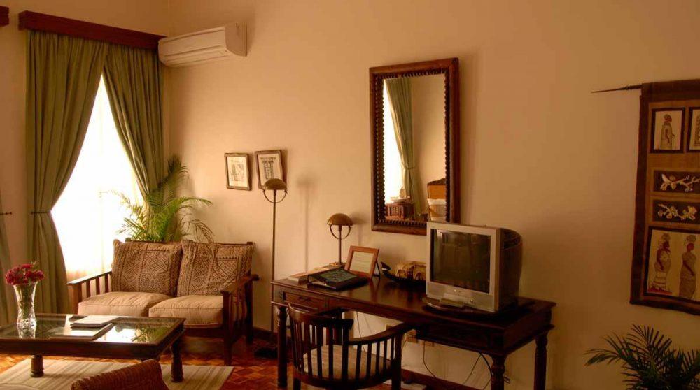 Chambre avec salon et télévision
