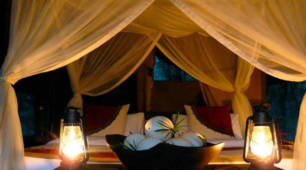 Vue nocturne d'un lit dans le Masai Mara