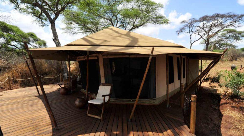 Extérieur d'une tente en Tanzanie